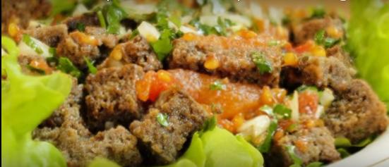 Хлебный салат с маринованными помидорами - видео рецепт