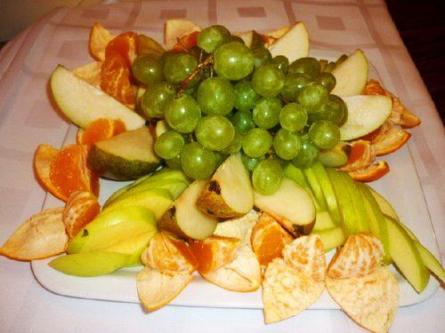 Украшение новогодней нарезки: фруктовая тарелка