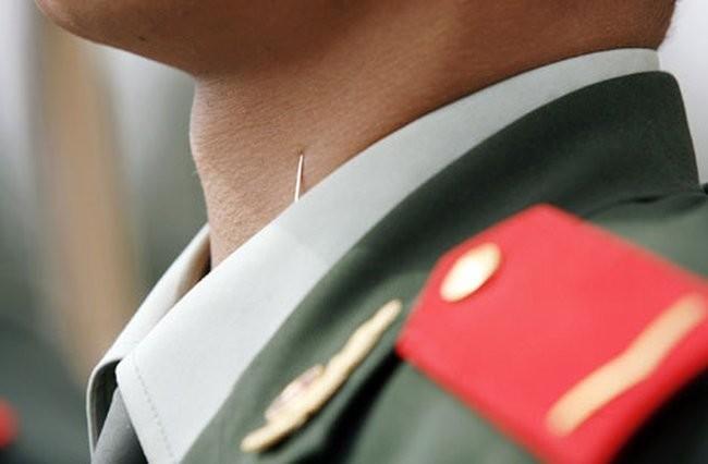 8. Вот так китайских военных готовят к парадам: на воротнике мундира закрепляется иголка для правильного положения шеи интересное, китай, мир, неожиданно, познавательно, страна, факты, фото