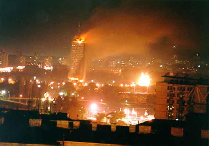 Фото дня. Чтобы помнили. Авиация США и НАТО бомбит Белград в марте 1999 года