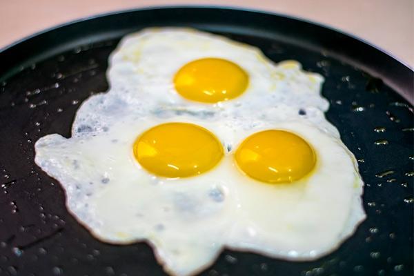 Как быстро приготовить яичницу с сыром — лучшие рецепты сырного омлета