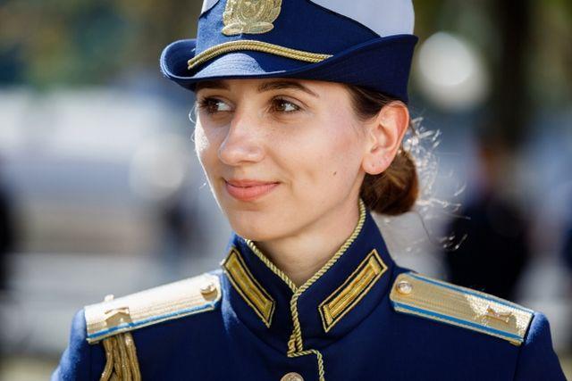 Майкл, это Катя Пчела, будущий военный лётчик. Она поступила в КВВАУЛ уже имея 150 часов налёта на двух типах самолётов. Катя полетит в космос, а у тебя было много просмотров, смекаешь? Хорошо что Катя не смотрит на тебя — или бы ей пришлось смотреть на тебя как на… Ну ты понял.