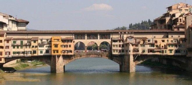 Самый старый мост Флоренции расположенный в узком месте реки Арно был построен еще в 1345 году и единственный который до сих пор сохранил свой первоначальный облик