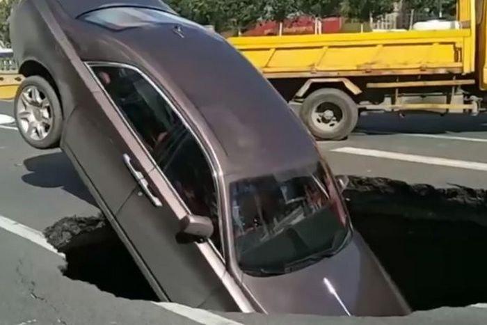 Дорогой провал: Rolls-Royce с владельцем ушел под землю