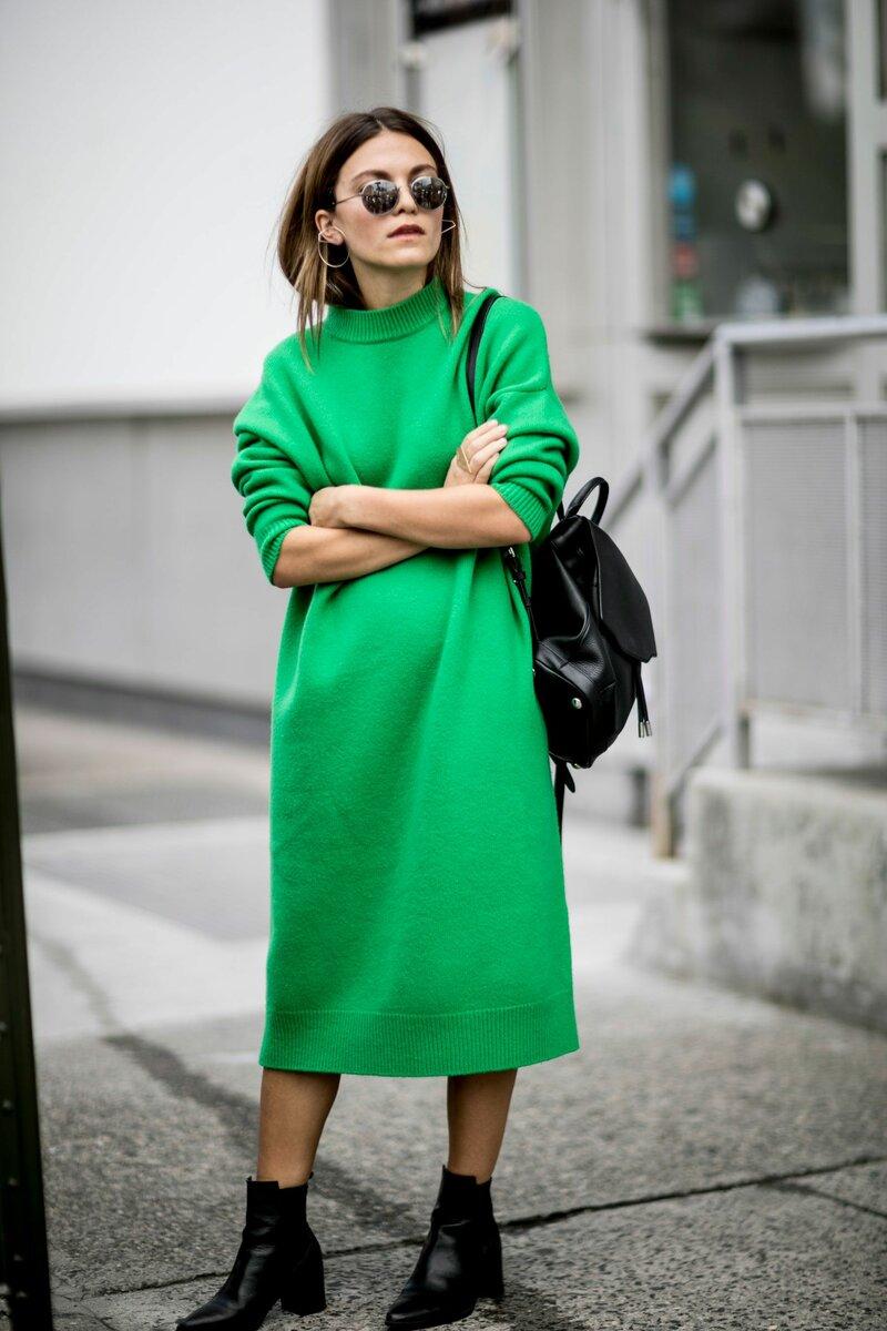 Девушка в ярком платье поднимает настроение прохожим. /Фото:i.pinimg.com