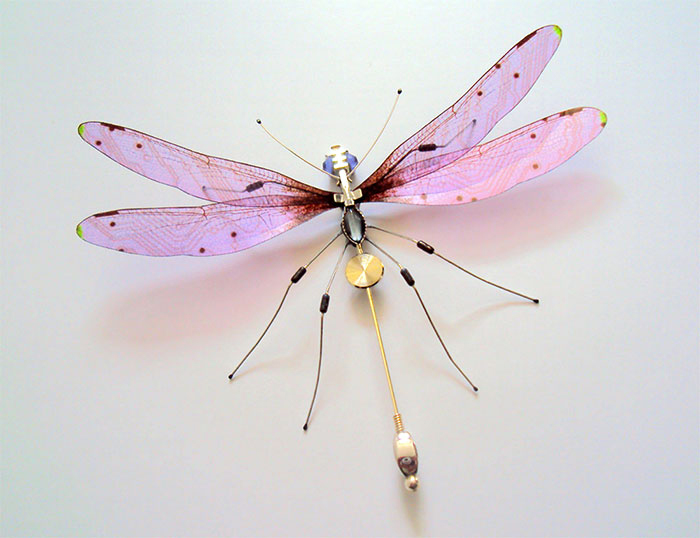 Удивительное преображение старых компьютеров: бабочки и жуки из техномусора