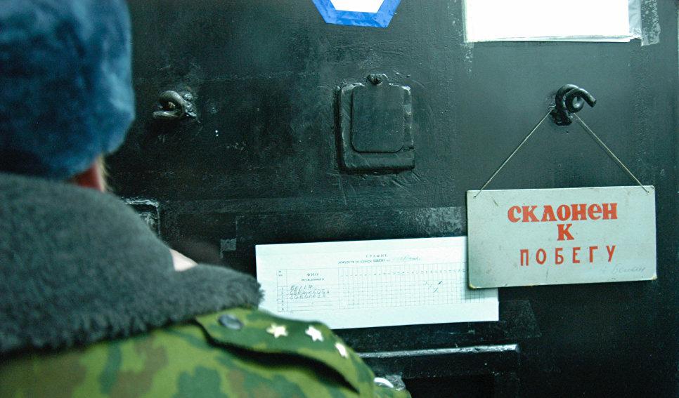 """Табличка """"Склонен к побегу"""" в колонии строгого режима"""