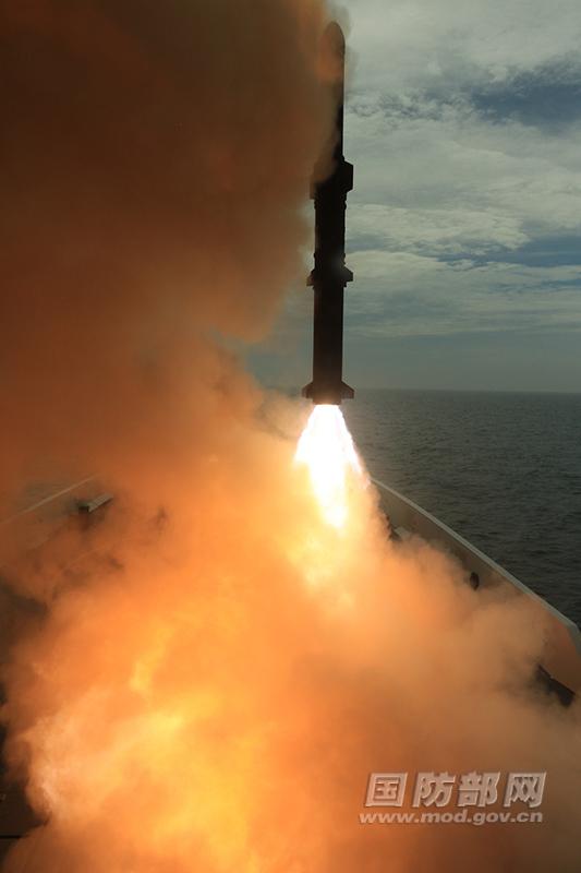 """Пуск китайской противолодочной ракеты Yu-8 с фрегата проекта 054A """"Сянтань"""""""