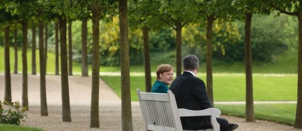 Меркель отчитала Порошенко и передала «пожелания» Москвы