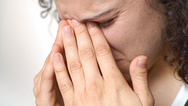Ученые выяснили, почему люди чешутся в нервной обстановке