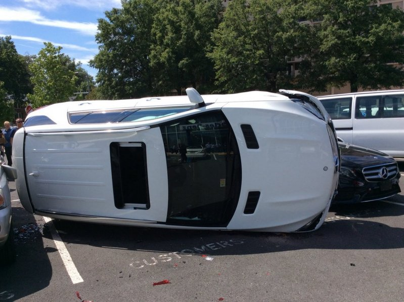 Женщина устроила аварию во время тест-драйва Mercedes