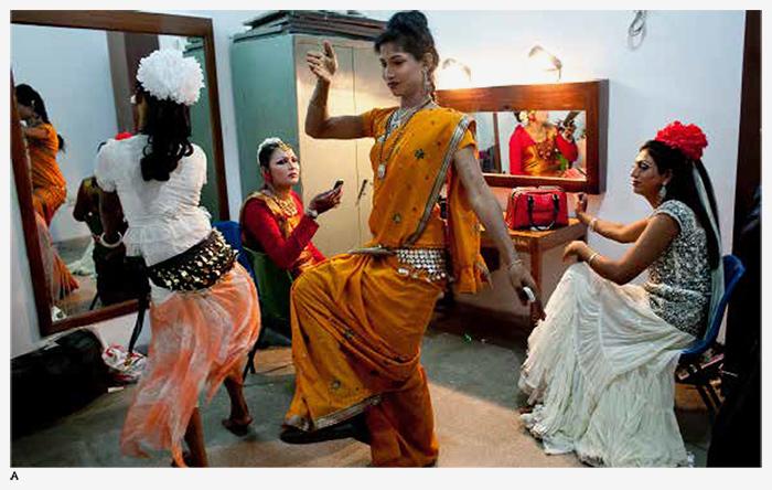 Хиджра репетируют танец, готовясь квыступ...