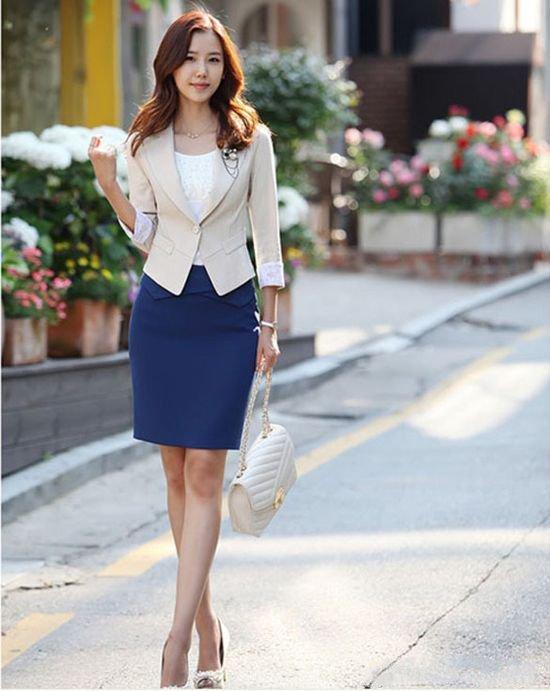 Синяя юбка с белой майкой