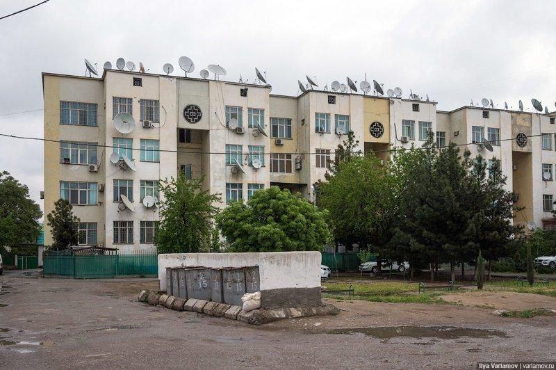 Обычные старые советские дворы с разбитыми дорогами. Ашхабад, пыль в глаза, туркменистан