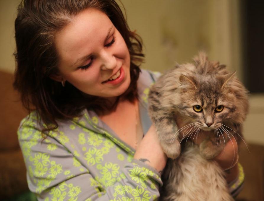 Рискуя собственной жизнью, женщина спасает кота