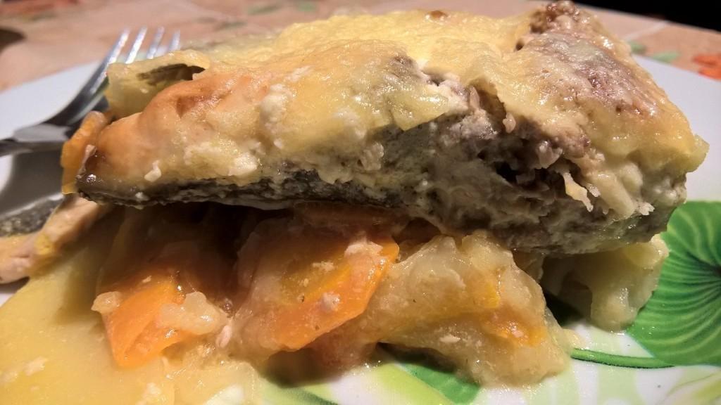 Горбуша в сметанке под сырной корочкой на овощной шубке.