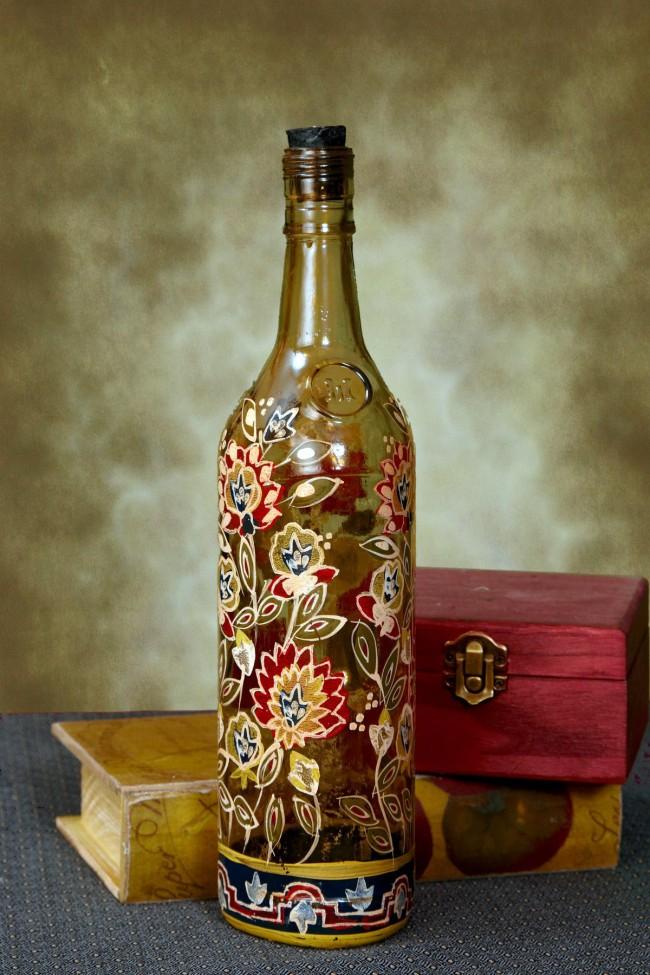 Роспись витражными красками полупрозрачной бутылки национальными орнаментами