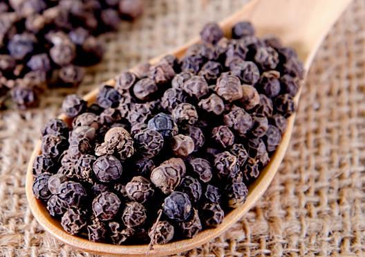 Полезные свойства и лечение черным молотым перцем