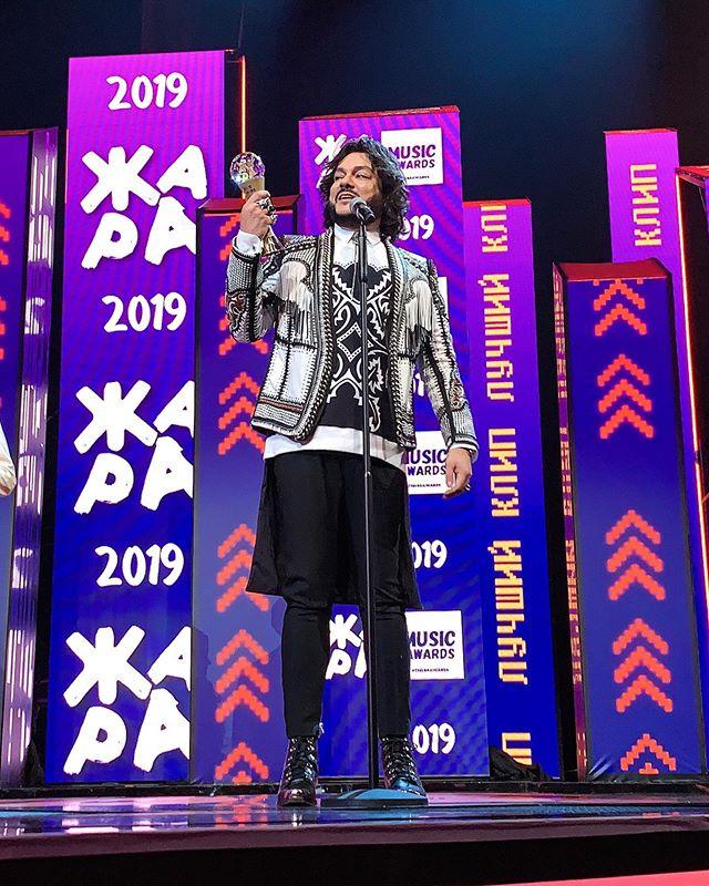 Блеск и роскошь: образы знаменитостей на музыкальной премии «Жара 2019»