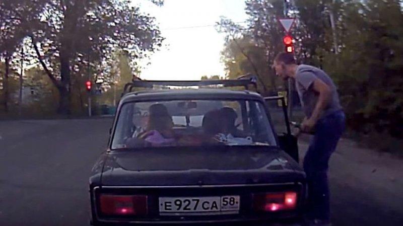 Парень вернул свиньям бутылку, выброшенную из машины на обочину