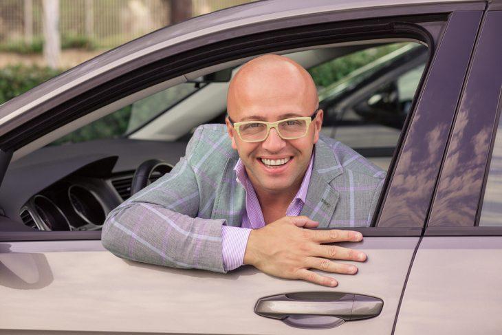 Таксист организовал бутик с одеждой в своей машине