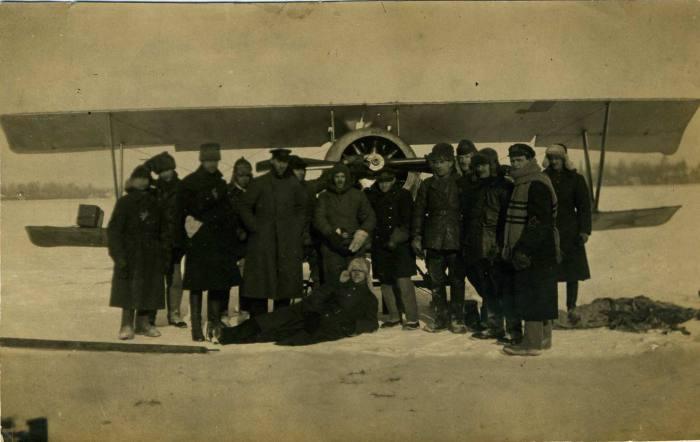Группа Военно-морских и морских летчиков 1-го Морского отряда ВВС на аэродроме у самолета после полета. 23 февраля 1923 год.