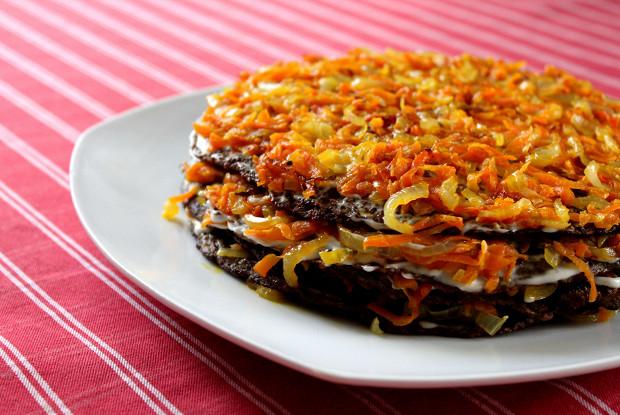 Фото к рецепту: Печеночный торт с морковью и луком