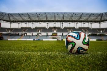 Комментатор назвал арбитра позором российского футбола и закончил репортаж