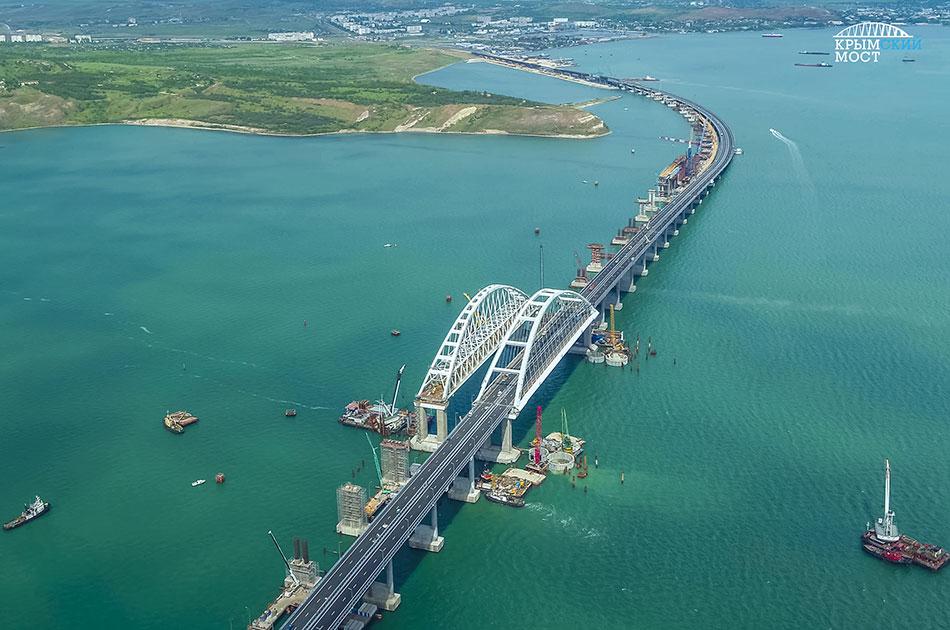 Крымский мост наполовину готов
