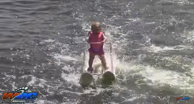 Шестимесячная девочка катается на водных лыжах