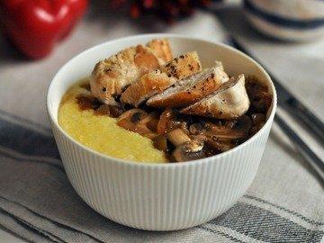 Кукурузная каша с курицей и грибами