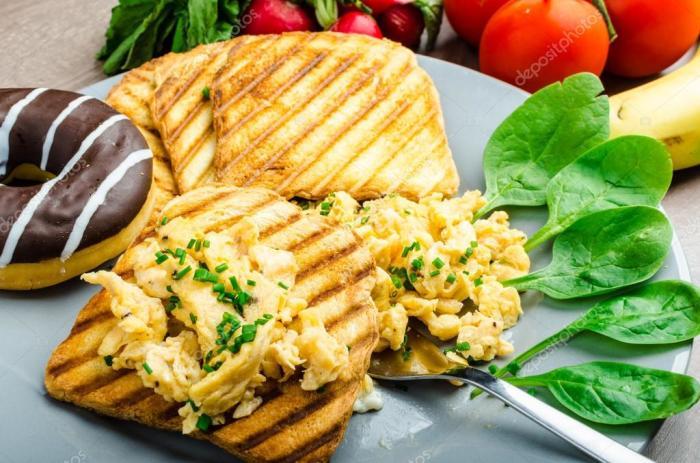 Яичница-болтунья с сыром и со шнитт-луком.  Фото: smachok.com.