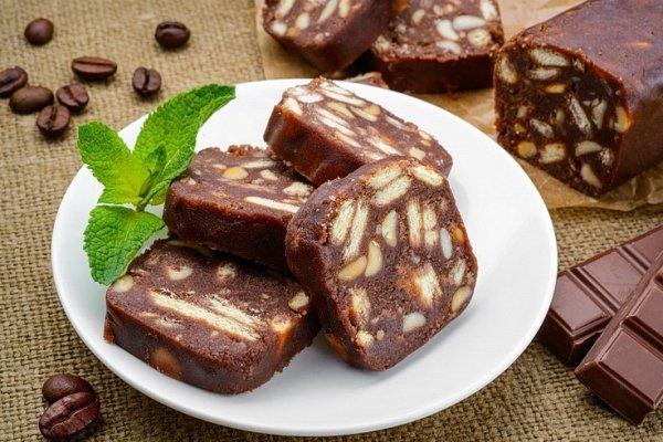 Шоколадное салями с печеньем