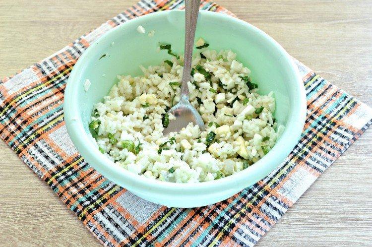 С рисом, яйцами и луком