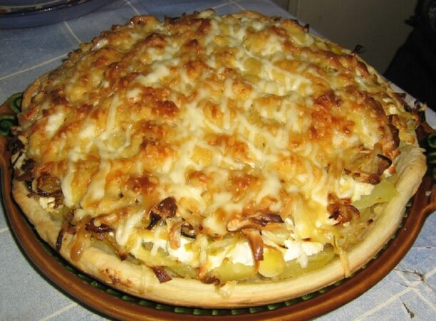 Картофельный киш: «Царское блюдо» из самых простых продуктов начинку, Хотите, отварную, делаем, Перемешиваем, лсолиСоединяем, картофелем, перемешиваем, Выкладываем, форму, смазанную, растительным, маслом, делая, бортикиГотовим, куриную, приготовитьОтвариваем, грудку, нарезаемСмешиваем, творожного