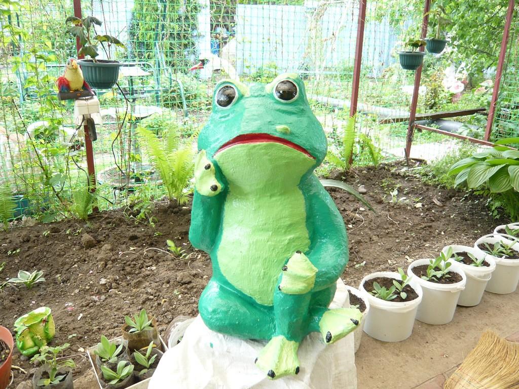 Лягушка из пластиковой бутылки для сада своими руками