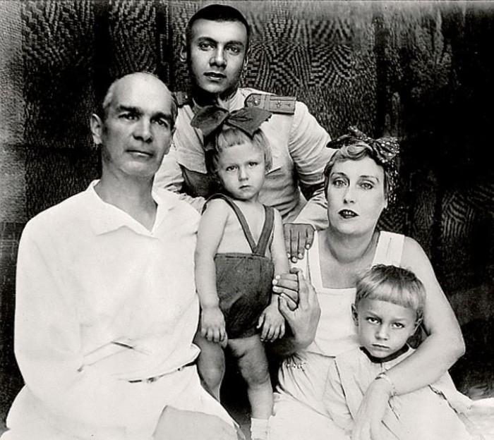 Ростислав Янковский (в центре вверху) с родителями и братьями Николаем и Олегом (посередине). / Фото: www.tunnel.ru