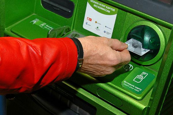 Сбербанк ограничил переводы денег на кредитки по номеру телефона
