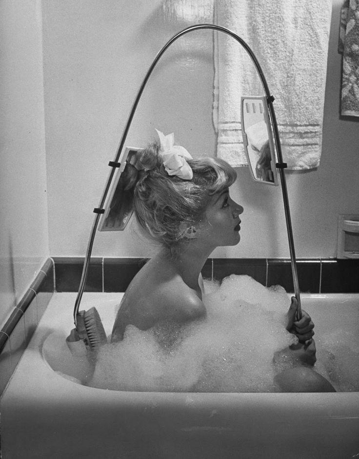 17. Щеточка для спины с зеркалом заднего вида, фотография из журнала LIFE, 1947 женщины из прошлого, история, фото