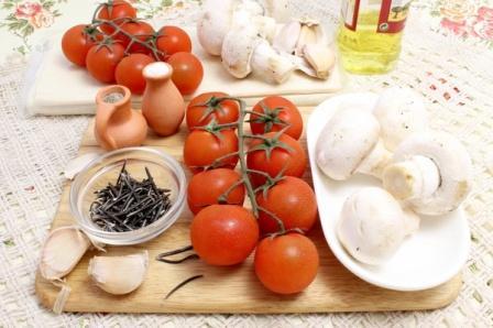 Продукты для приготовления открытого пирога с грибами и помидорами