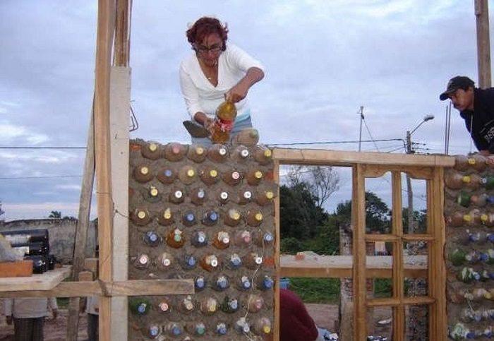 Женщина построила дом из пластиковых бутылок