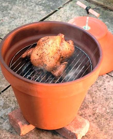 К дачному сезону -- самодельная коптильня из глиняного горшка и небольшой электроплиты