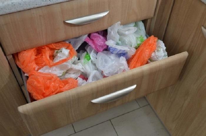 Ящик для хранения пакетов можно использовать только в том случае, если на кухне много места. / Фото: vplate.ru