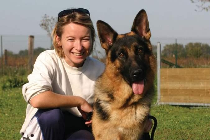 Женщина выгуливала здоровенного пса, он подбежал к прохожему и…