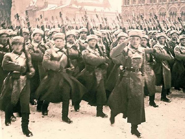 Парад на Красной площади в честь 24-й годовщины Октябрьской революции, проведенный во время Московской битвы.