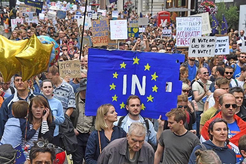 Мэй пошла ко дну: полмиллиона митингующих в Лондоне требуют отставки правительства