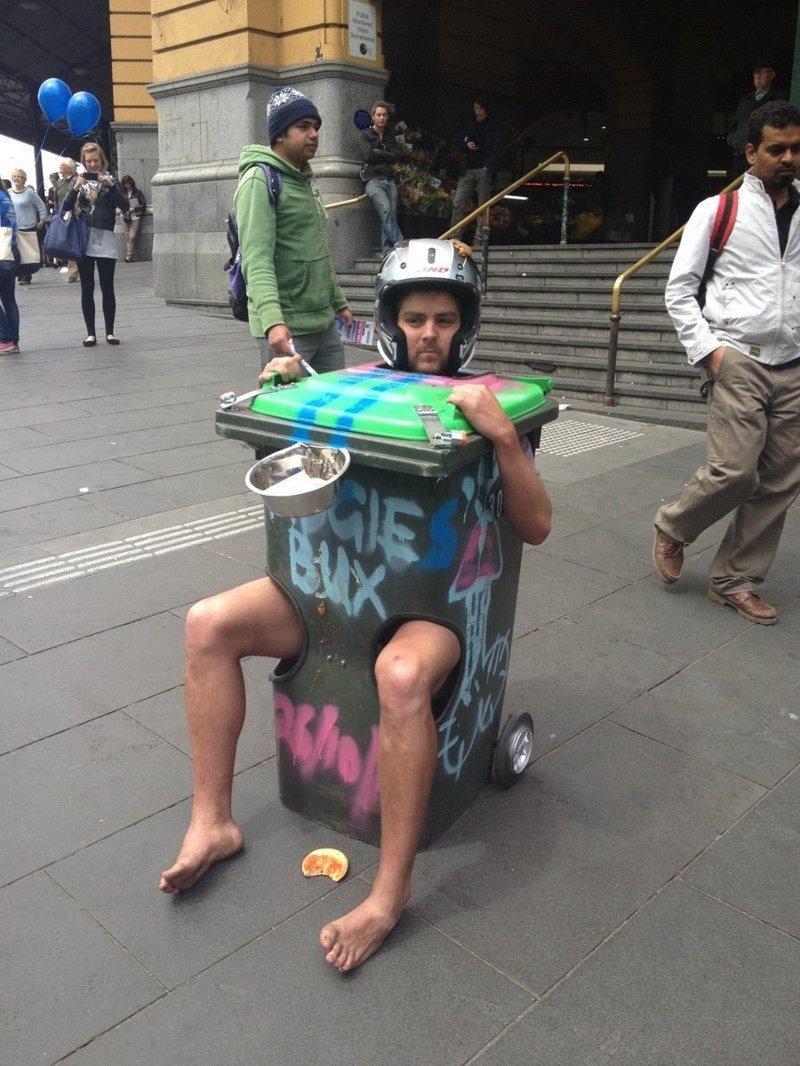 Удобное средство передвижения для попрошаек выходки, интересное, люди, общественные места, странные люди, фото, юмор