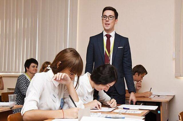 Демаков преподает историю, обществознание и право.