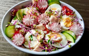 Весенний салат с колбасой