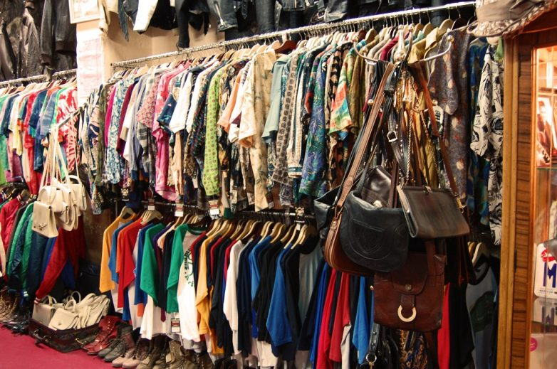 Почему стоит покупать вещи в секонд-хендах